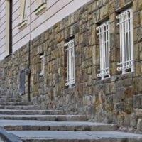Hattyú utca lábazati kőpótlás