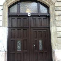 Bejárati kapu felújítása, rossz állapotú díszes tagozatok cseréje